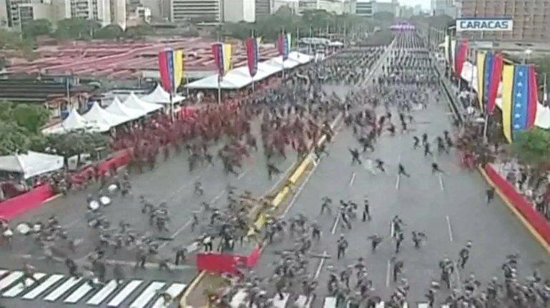 Cientos de militares alistados en la avenida Bolívar, corren luego de un aviso de evacuación, luego de que se escucharan detonaciones durante una alocución de Nicolás Maduro.