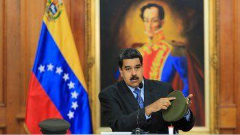 Fotografía cedida por la oficina de prensa de Miraflores, que muestra al presidente de Venezuela, NicolásMaduro, mientras ofrece un mensaje difundido por radio y televisión.