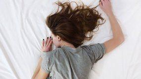 Dejar de comer azúcares y harinas ayuda a tener un sueño reparador.