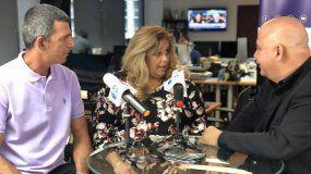 Juan Juan Almeida conversa con dos cubanos que llegaron a EEUU cuando el avión en el que viajaban fue secuestrado y desviado a Cayo Hueso.