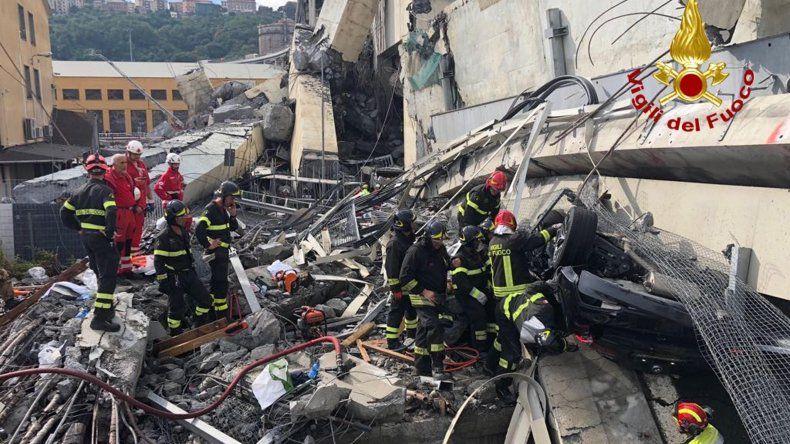 Servicios de emergencia buscan entre los escombros tras el derrumbe de unpuenteen Génova (Italia) hoy, 14 de agosto de 2018.