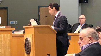 El alcalde de Miami, Francis Suárez, habla durante la sesión legislativa que discute el referendo sobre alcalde fuerte.