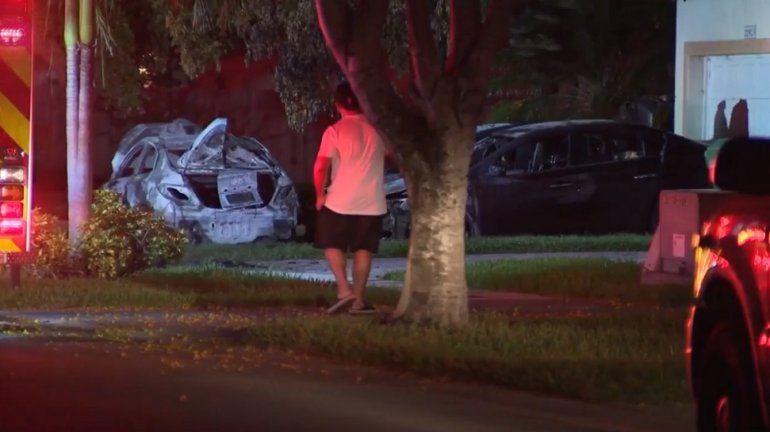 Así quedaron algunos de los autos incendiados en el suroeste de Miami.