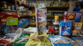 Fotografía del nuevo cono monetario venezolano en una tienda de Caracas.