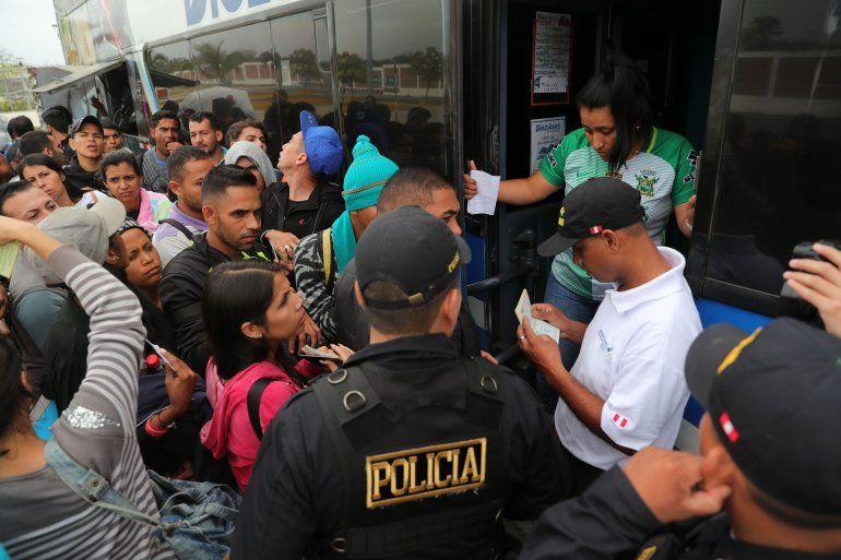 Las personas hacen filas para montarse en los autobuses del corredor humanitario que Ecuador habilitó para que los venezolanos llegaran a Perú de manera más fácil.