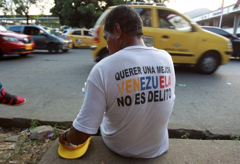 Un hombre venezolano vende dulces en las calles de Cali, Colombia.