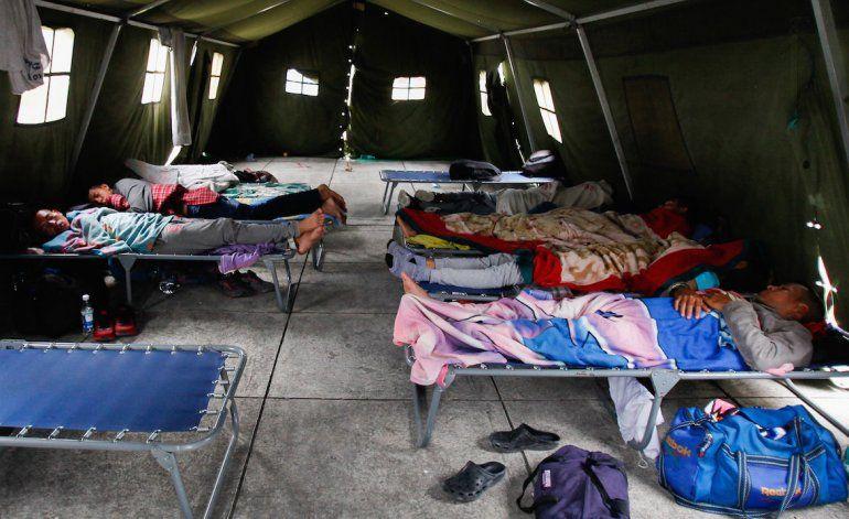 Un grupo de hombres duerme en un cuartel militar en Ecuador habilitado para ofrecer apoyo a los venezolanos que huyen de la crisis de su país.