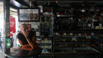 Un comerciante espera durante uno de los apagones que han afectado a Caracas en agosto de 2018.