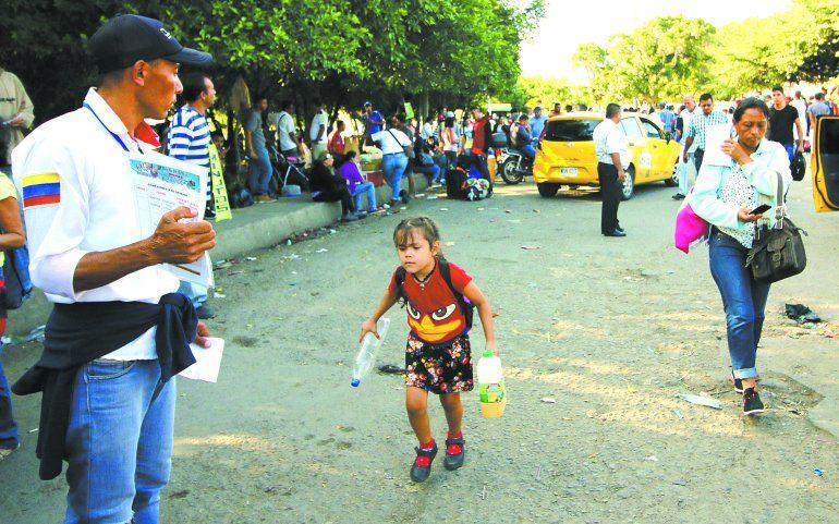 En Cúcuta, en la frontera con Colombia, ofrecen pasajes terresres a los venezolanos que llegan a la zona.