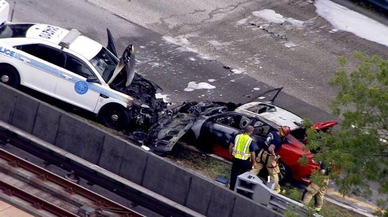 Un auto de la Policía y un Honda Civic de color rojo, devorados por las llamas tras una persecución policial en Miami.