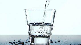 Entre 4 y 8 vasos de agua se recomienda para estar saludable.
