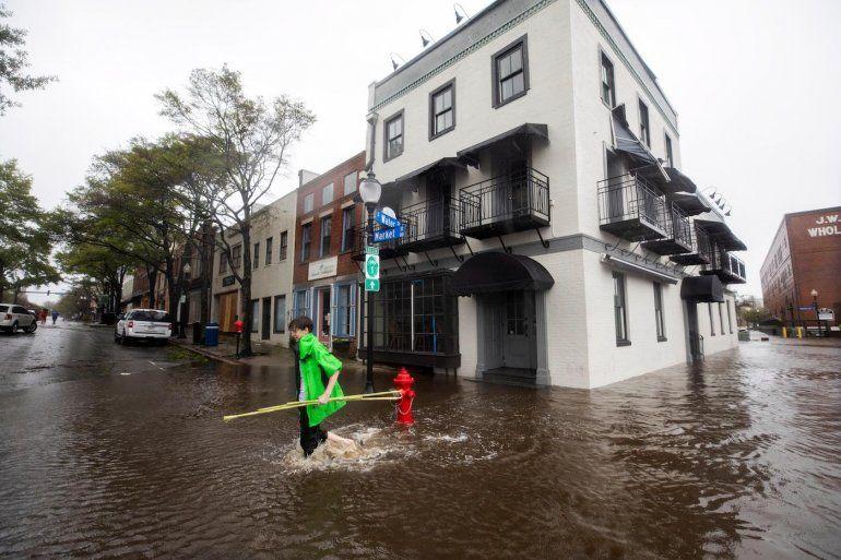 Vecinos caminan por una calle inundada tras el paso del huracán Florence, en Wilmington, Carolina del Norte.