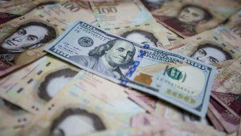 Billetes venezolanos y dólares estadounidenses en una imagen tomada en febrero de 2016, en Caracas.