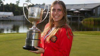 Imagen facilitada por la Asociación Europea de Golf que muestra a la golfista españolaCeliaBarquíncon el trofeo del Campeonato de Europa Individual Femenino en el Penati Golf Club en Eslovaquia el 28 de julio de 2018.