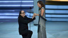 Weiss tomó por sorpresa a todo el Teatro Microsoft de Los Angeles cuando, a mitad de su discurso, le propuso matrimonio a su pareja Jan, que se encontraba entre el público.