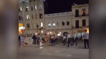 Agentes de la policía política maltratan a un hombre esposado en una plaza pública en La Habana.