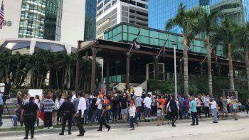 Venezolanos protestan frente al restaurant Nusr-Et Steakhouse, en Brickell.
