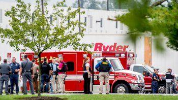 Efectivos de seguridad permanecen junto a unos almacenes de Aberdeen, en Maryland, donde al menos tres personas murieron en un tiroteo provocado por una mujer de 26 años que murió a consecuencia de un disparo autoinfligido.