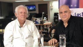 Juan Juan Almeida (der.) entrevista al comunicador cubano Armando López.