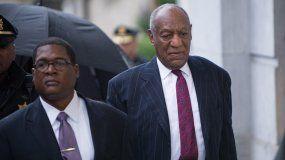 Cosby llegó hoy solo al juzgado con un traje de color oscuro.