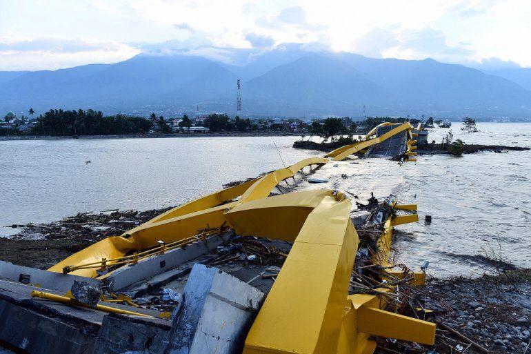 <p><strong>La tromba de agua que entró en la playa Talise de Palu se llevó a su paso las estructuras y vehículos de la costa.</strong></p>