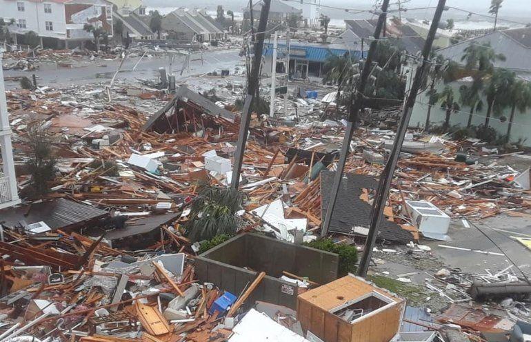 La fuerza de los vientos y las lluvias del huracán Michael van dejando un panorama desolador en el noreste de la Florida.