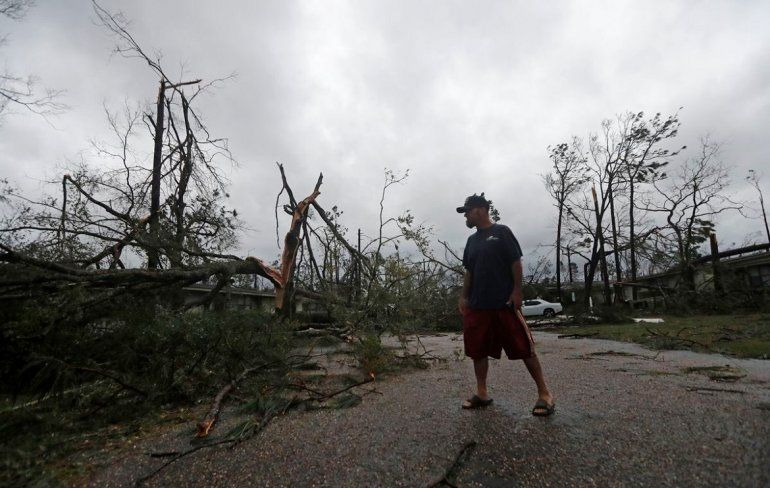 Un hombre camina por una calle de Greensboro, en el noroeste de Florida, donde se reportó la primera víctima del huracán Michael.