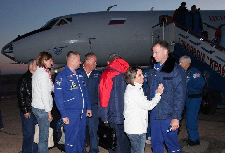 Fotografía cedida por la Agencia Espacial rusa que muestra al ingeniero de vuelo de la Expidición 57 Nick Hague (d) a su llegada al aeropuerto de Baiknour tras el lanzamiento fallido de la nave Soyuz MS-10.