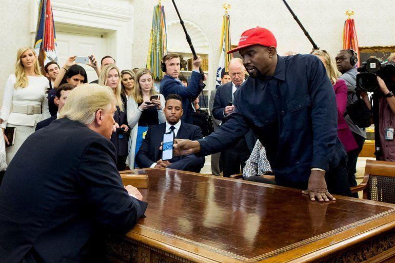 El presidente Donald Trump (izq.) recibe al rapero estadounidense Kanye West (der.) durante una reunión en el Despacho Oval de la Casa Blanca, en Washington, el 11 de octubre de 2018.