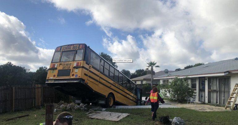El conductor del autobús se desvió para evitar un auto.