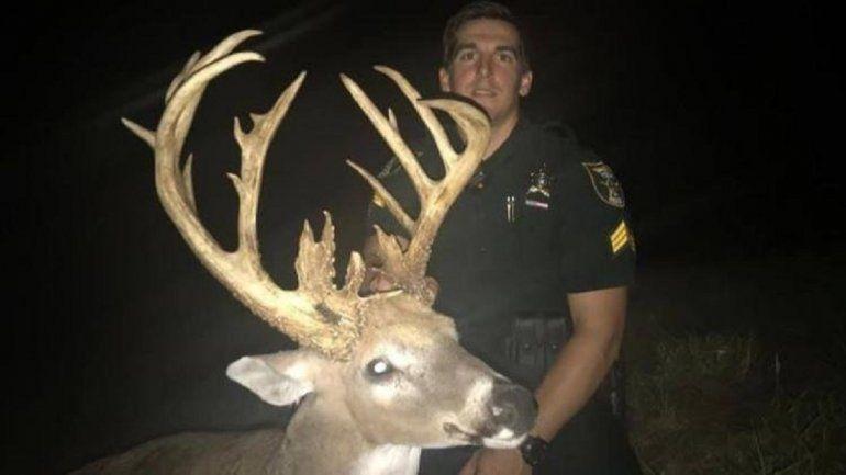 <p> El ciervo macho aparece en una foto tomada por el alguacil Kryzda.</p>