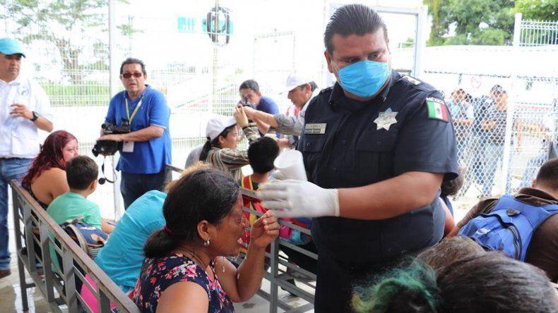 Autoridades migratorias mexicanas brindan atención a migrantes.