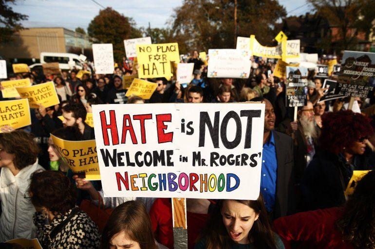 Decenas de personas se manifiestan en contra de la visita del presidente Tump a la sinagoga Congregación del Árbol de la Vida el martes 30 de octubre de 2018, en Pittsburgh, EEUU.