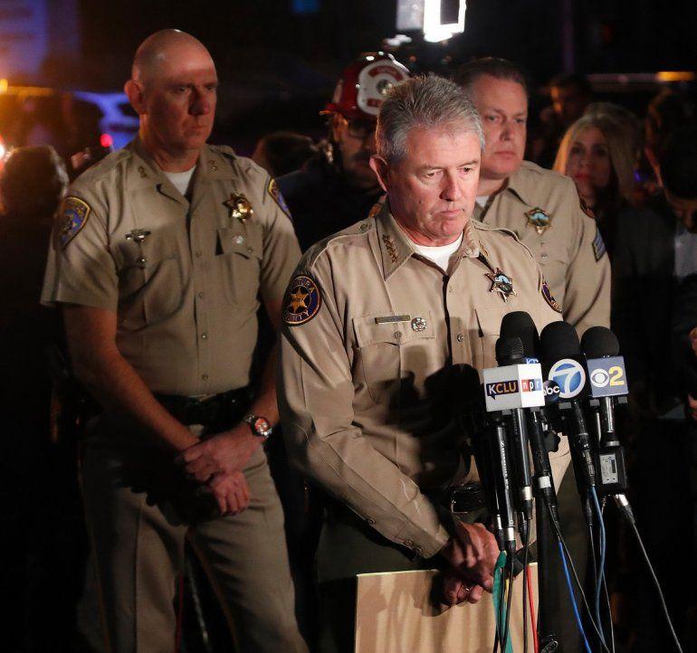 El sheriff del condado de Ventura, Geoff Dean (c), se dirige a la prensa sobre el tiroteo del bar Borderline en la localidad de Thousand Oaks, California, Estados Unidos.