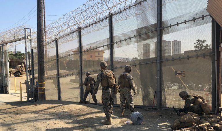 Un grupo de soldados estadounidenses refuerza la seguridad en uno de los pasos fronterizos de entre San Diego (California) y Tijuana (México).