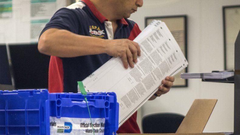 Funcionario de elecciones de Miami-Dade en el reconteo de las boletas electorales