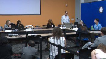 Los funcionarios en el Condado de Broward cuando finalizaban el recuento de votos.