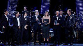 Fher Olvera (d), de Maná, da un discurso tras recoger el premio Persona del Año durante la Gala de la Persona del Año de los Latin Grammy 2018 en el Mandalay Bay Convention Center en Las Vegas, Nevada