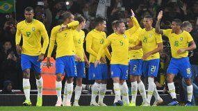 Neymar, constantemente aplaudido y requerido por la grada, remató desde el punto de penalti yBrasil, en un duelo entre enemigos, con careta de amistoso, decantó la victoria para la Verdeamarela.