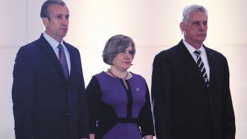 La primera dama de Cuba, Lis Cuesta Peraza, flanqueada por el vicepresidente de Venezuela, Tareck El Aissami y Miguel Díaz-Canel.