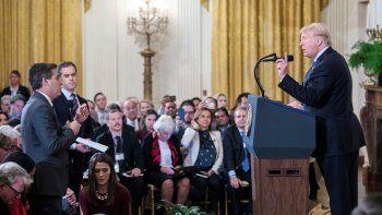 El presidente Donald Trump (der.), durante un enfrentamiento con el corresponsal de la CNN para la Casa Blanca, Jim Acosta (izq.), el 7 de noviembre del 2018.