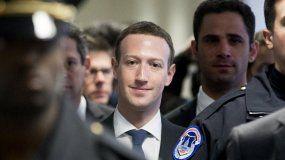MarkZuckerberg(cen.), director ejecutivo de Facebook, es visto en la sede del Capitolio, en Washington DC, acompañado por policías, en abril de2018.