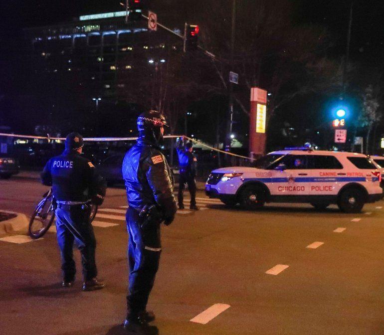 Oficiales de Policía controlan el tráfico cerca del Hospital Mercy, escena de un tiroteo el 19 de noviembre de 2018 en Chicago, Illinois.
