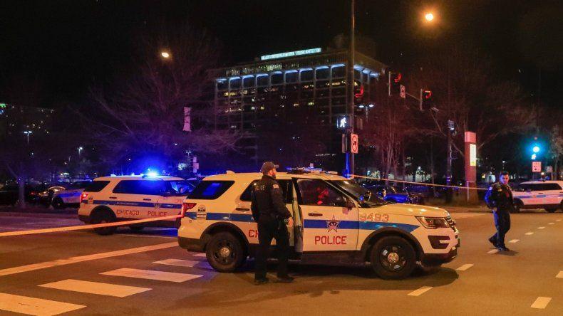 Oficiales de Policía se mantienen en las inmediaciones del Hospital Mercy, en Chicago, donde un tiroteo dejó dos mujeres, un policía y el presunto atacante muertos.