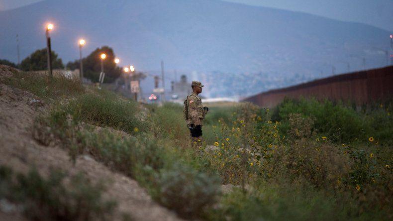 El ejército de EEUU instala cables de concertina y otras medidas para fortalecer la frontera con México.