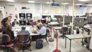 Miembros del comité de escrutinio del condado Miami-Dade durante el reconteo manual de votos.