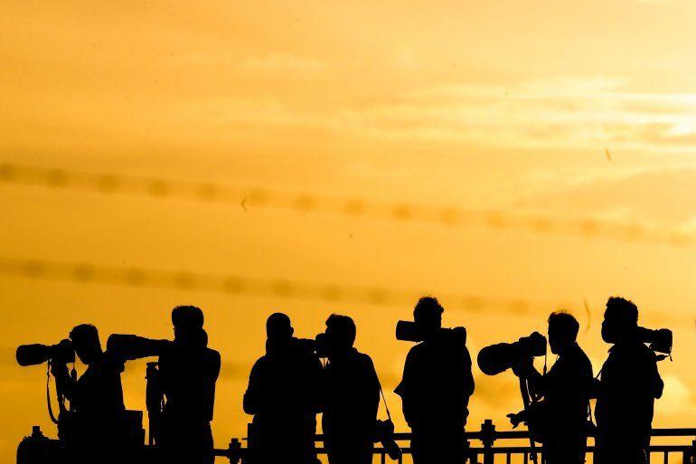 Fotógrafos esperan la llegada de asistentes a la cumbre del G20 este jueves 29 de noviembre del 2018, al Aeropuerto Internacional de Ezeiza, en Buenos Aires (Argentina).