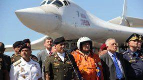 Fotografía cedida por Prensa del Ministerio de Defensa de Venezuela, donde se observa al ministro de Defensa venezolano, Vladimir Padrino López (c-i), quien recibe una delegación militar rusa el 10 de diciembre del 2018 en el aeropuerto de Maiquetía.