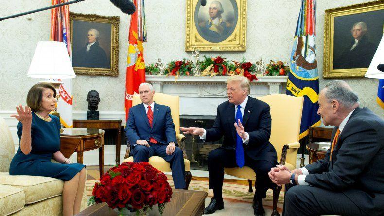 El presidente estadounidense Donald Trump (c-d) y el vicepresidente Mike Pence (c-i) se reúnen hoy con los líderes demócratas de la Cámara de Representantes y el Senado, NancyPelosi(i) y ChuckSchumer(d), en la oficina Oval en la Casa Blanca.