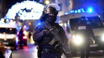 Oficiales de policía hacen guardia cerca a donde podría ubicarse al atacante tras un tiroteo mortal registrado en el Mercado de Navidad de Estrasburgo, Francia.